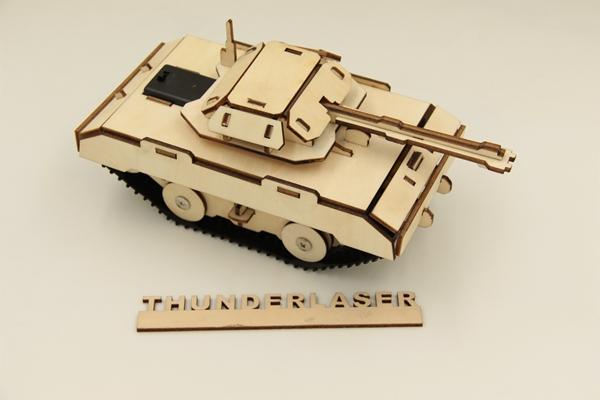 Debitare laser: tanc de jucarie